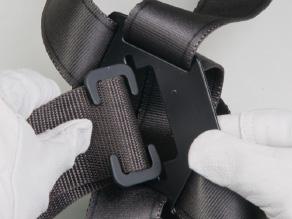 ②ベルト通しの穴部に胴ベルト固定具を通す。